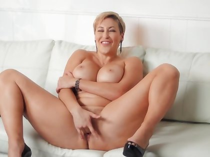 MILF encircling short thorn masturbates and doesn't want guys to cum